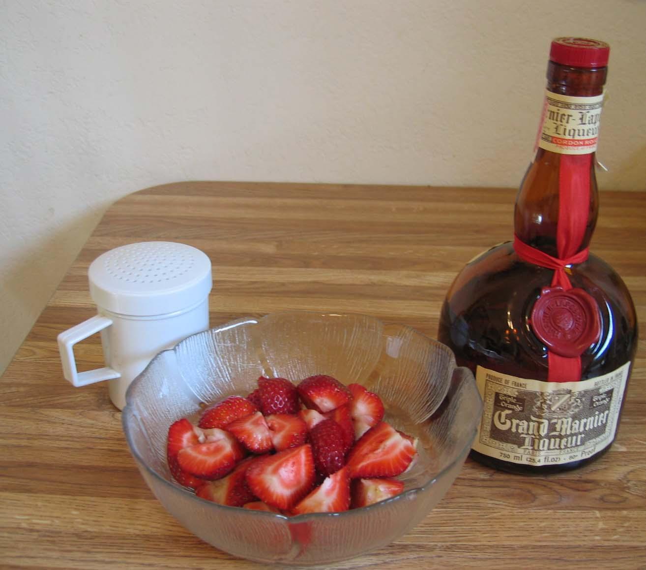 nakrájené jahody v misce
